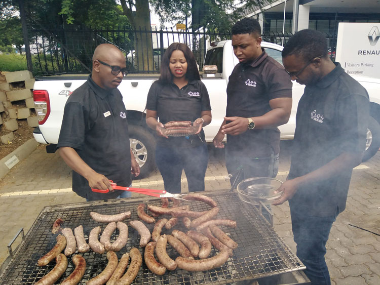 EAM-CMH-RENAULT-MIDRAND-PREPARING-HOT-DOG-MEALS-FOR-THE-ATTENDEES - Renault Triber Launch
